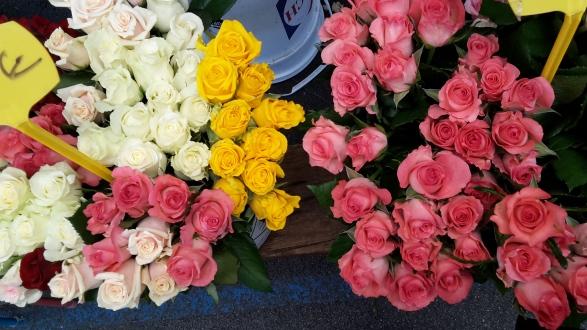 Les roses du marché Forville, où se mêlent les senteurs de fleurs fraîchement coupées, l'odeur des melons...