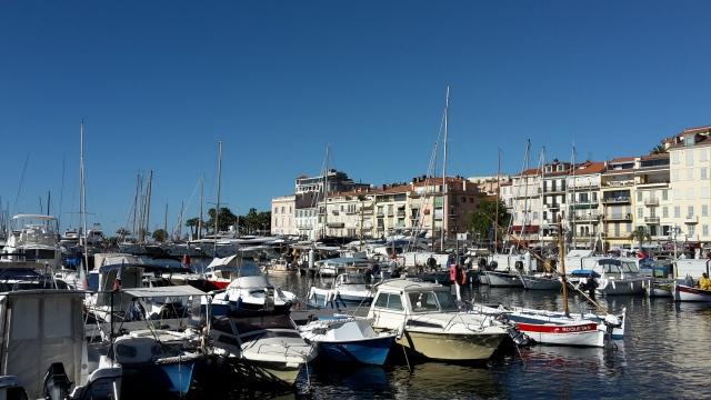 Cannes et son port réchauffés par les premiers rayons de soleil du matin. Loin de l'agitation de la Croisette.