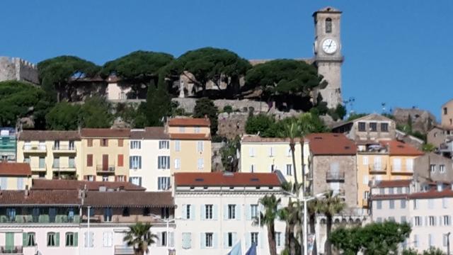 Vue sur le quartier historique de Cannes (le Suquet) et Notre-Dame-de-l'Esperance