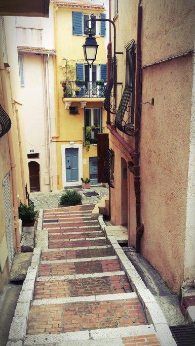 Ruelle tranquille du vieux Cannes (quartier du Suquet)