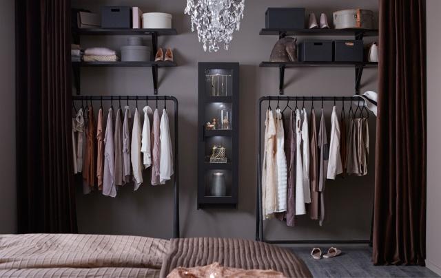 Pile dans la tendance, l'idée de penderie 'ouverte' proposée chez IKEA... (attention, rangement nickel impératif !)