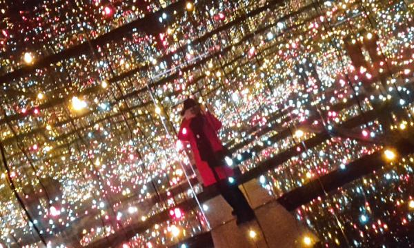 'Pièce avec une infinité de miroirs et de lucioles sur l'eau' - Yayoi Kusama